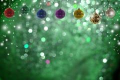 Kerstmisachtergrond met Kerstmisbal en sneeuw Royalty-vrije Stock Afbeeldingen