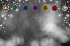 Kerstmisachtergrond met Kerstmisbal en sneeuw over de winter Royalty-vrije Stock Afbeelding