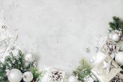 Kerstmisachtergrond met Kerstmisdecoratie De zilveren doos van de Kerstmis huidige gift, sparrentak en snuisterijenornamenten op  royalty-vrije stock foto