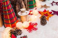 Kerstmisachtergrond met Kerstmisdecoratie met sterren, kegels, sneeuwman Gelukkige Nieuwjaar en Kerstmis Stock Foto's