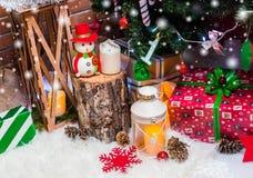 Kerstmisachtergrond met Kerstmisdecoratie met sterren, kegels, sneeuwman Gelukkige Nieuwjaar en Kerstmis Royalty-vrije Stock Fotografie