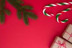 Kerstmisachtergrond met Kerstmisgiften, spartwings en suikergoedriet De hoogste vlakke mening, legt Exemplaarruimte voor tekst Stock Foto's