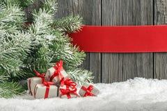 Kerstmisachtergrond met kleine giften stock foto's