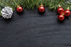 Kerstmisachtergrond met kleurrijke rode snuisterijen Stock Fotografie