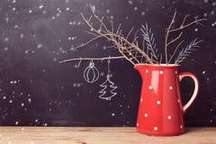 Kerstmisachtergrond met kruik over bord Creatieve Kerstmisdecoratie Alternatieve Kerstboom Royalty-vrije Stock Foto