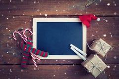 Kerstmisachtergrond met leeg schoolbord royalty-vrije stock fotografie