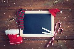 Kerstmisachtergrond met leeg schoolbord royalty-vrije stock afbeeldingen