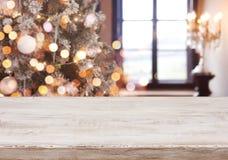 Kerstmisachtergrond met lichte vlekken, bokeh venster en houten tafelblad stock foto's