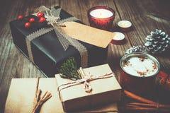 Kerstmisachtergrond met met de hand gemaakte huidige giftdozen Stock Foto