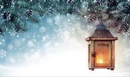 Kerstmisachtergrond met nette takken en houten lantaarn Stock Afbeeldingen