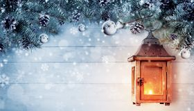Kerstmisachtergrond met nette takken en houten lantaarn Royalty-vrije Stock Afbeeldingen