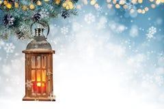Kerstmisachtergrond met nette takken en houten lantaarn Stock Foto