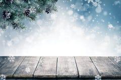 Kerstmisachtergrond met nette takken en kegels met sneeuwfl Royalty-vrije Stock Foto