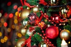 Kerstmisachtergrond met opvlammende slinger op de boom Stock Foto's