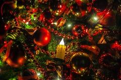 Kerstmisachtergrond met opvlammende slinger op de boom Royalty-vrije Stock Fotografie