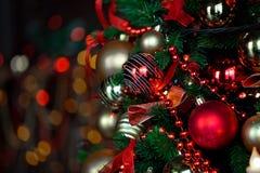 Kerstmisachtergrond met opvlammende slinger op de boom Royalty-vrije Stock Afbeeldingen