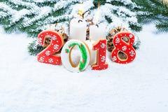 Kerstmisachtergrond met peperkoekkoekje 2018, kaars, sneeuw Royalty-vrije Stock Afbeelding