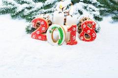 Kerstmisachtergrond met peperkoekkoekje 2018, kaars, sneeuw Stock Afbeeldingen