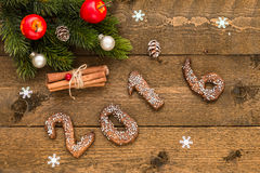 Kerstmisachtergrond met peperkoeknummer 2016, spartakken en decoratie op de oude houten raad Royalty-vrije Stock Afbeelding
