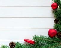 Kerstmisachtergrond met pijnboomtak en feestelijk decor Royalty-vrije Stock Fotografie