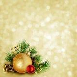 Kerstmisachtergrond met pijnboomtakjes, kegels en ballen Royalty-vrije Stock Foto's
