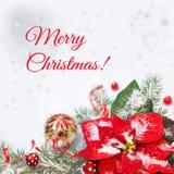 Kerstmisachtergrond met poinsettia en verfraaide Kerstmis tre Royalty-vrije Stock Foto