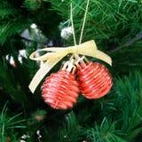 Kerstmisachtergrond met rode klokken op de Kerstboom Royalty-vrije Stock Foto