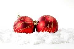 Kerstmisachtergrond met rode snuisterijen Stock Afbeeldingen
