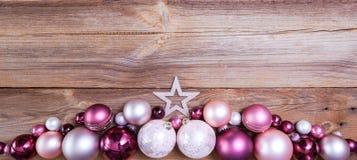 Kerstmisachtergrond met roze en witte decoratie stock foto