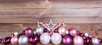 Kerstmisachtergrond met roze en witte decoratie stock foto's