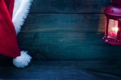 Kerstmisachtergrond met Santa Claus-hoed op uitstekende raad royalty-vrije stock foto's