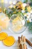 Kerstmisachtergrond met slingers, piggy stuk speelgoed, giften, Christus royalty-vrije stock afbeelding