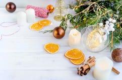Kerstmisachtergrond met slingers, piggy stuk speelgoed, giften, Christus royalty-vrije stock foto's