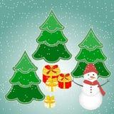 Kerstmisachtergrond met sneeuwman, boom, giften en sneeuwvlokken Royalty-vrije Stock Afbeeldingen
