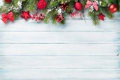 Kerstmisachtergrond met sneeuwspar Royalty-vrije Stock Afbeeldingen