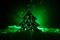 Kerstmisachtergrond met sneeuwspar De sneeuw behandelde helder Kerstboomtribunes uit tegen de donkerblauwe (of groene) tonen o Royalty-vrije Stock Afbeeldingen