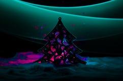 Kerstmisachtergrond met sneeuwspar De sneeuw behandelde helder Kerstboomtribunes uit tegen de donkerblauwe (of groene) tonen o Stock Fotografie