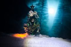 Kerstmisachtergrond met sneeuwsparren De sneeuw behandelde helder Kerstboomtribunes uit tegen de donkerblauwe tonen van dit sno Royalty-vrije Stock Foto's