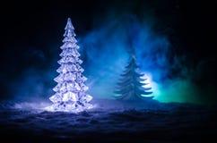 Kerstmisachtergrond met sneeuwsparren De sneeuw behandelde helder Kerstboomtribunes uit tegen de donkerblauwe tonen van dit sno Royalty-vrije Stock Afbeeldingen