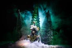 Kerstmisachtergrond met sneeuwsparren De sneeuw behandelde helder Kerstboomtribunes uit tegen de donkerblauwe tonen van dit sno Royalty-vrije Stock Fotografie
