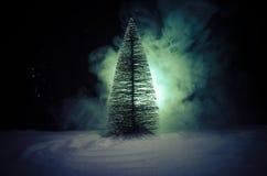 Kerstmisachtergrond met sneeuwsparren De sneeuw behandelde helder Kerstboomtribunes uit tegen de donkerblauwe tonen van dit sno Stock Foto's