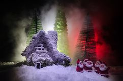 Kerstmisachtergrond met sneeuwsparren De sneeuw behandelde helder Kerstboomtribunes uit tegen de donkerblauwe tonen van dit sno Stock Fotografie
