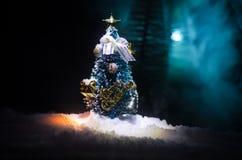 Kerstmisachtergrond met sneeuwsparren De sneeuw behandelde helder Kerstboomtribunes uit tegen de donkerblauwe tonen van dit sno Stock Afbeeldingen
