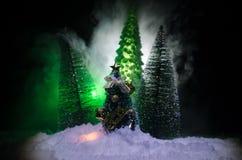 Kerstmisachtergrond met sneeuwsparren De sneeuw behandelde helder Kerstboomtribunes uit tegen de donkerblauwe tonen van dit sno Stock Afbeelding