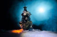 Kerstmisachtergrond met sneeuwsparren De sneeuw behandelde helder Kerstboomtribunes uit tegen de donkerblauwe tonen van dit sno Royalty-vrije Stock Afbeelding