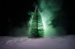 Kerstmisachtergrond met sneeuwsparren De sneeuw behandelde helder Kerstboomtribunes uit tegen de donkerblauwe tonen van dit sno Royalty-vrije Stock Foto