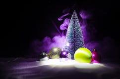 Kerstmisachtergrond met sneeuwsparren De sneeuw behandelde helder Kerstboomtribunes uit tegen de donkerblauwe tonen van dit sno Stock Foto