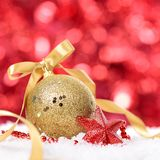 Kerstmisachtergrond met snuisterij en lint op het sneeuwvierkant stock foto's