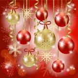Kerstmisachtergrond met snuisterijen in rood Stock Fotografie