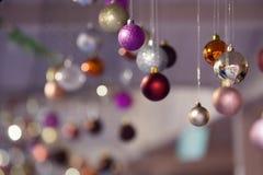 Kerstmisachtergrond met snuisterijen uit nadruk Horizontale foto Royalty-vrije Stock Fotografie
